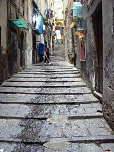 Vicolo con scalinata in salita