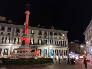 Piazza dei Martiri illuminata di sera