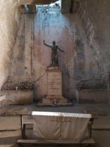 Statua del Monacone nel cimitero delle fonanelle a napoli
