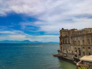 Estate a Napoli il palazzo donn'anna